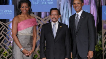 US President Barack Obama (R) and First Lady Michelle Obama (L) welcome Brunei's Sultan Hassanal Bolkiah during a welcoming ceremony ahead of the APEC Leaders' dinner in Honolulu, Hawaii, on November 12, 2011 during the Asia-Pacific Economic Cooperation (APEC) Summit. The United States hosts this year's APEC forum for the first time since 1993, with leaders from the 21 member economies convening on the island of Oahu on November 12-13. AFP PHOTO SAUL LOEB (Photo credit should read SAUL LOEB/AFP/Getty Images)